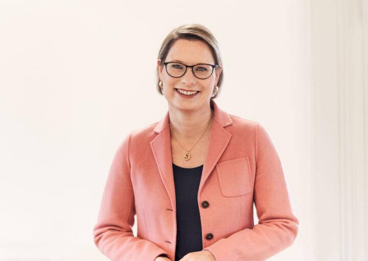 Bildungsministerin Dr. Stefanie Hubig (© Bildungsministerium RLP/Peter Bajer)